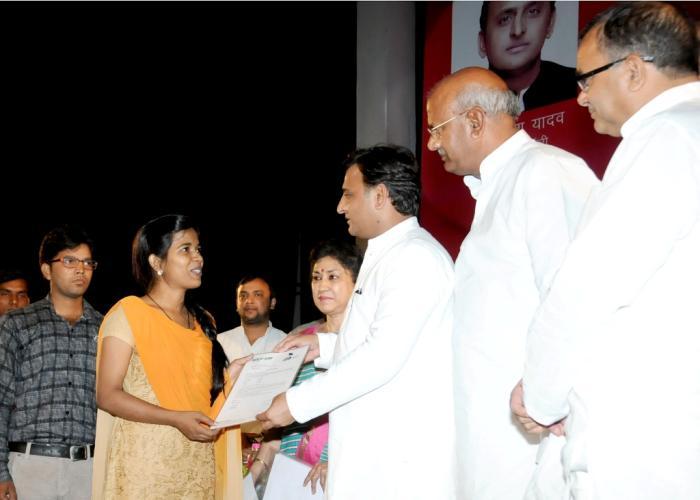 मुख्यमंत्री श्री अखिलेश यादव 20 मई, 2016 को लखनऊ में आयोजित रोजगार मेला2016 के दौरान एक सफल अभ्यर्थी को नियुक्तिपत्र प्रदान करते हुए।