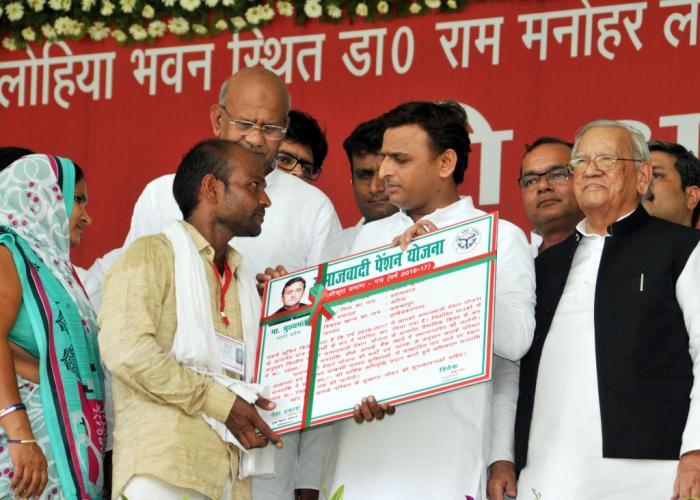 उत्तर प्रदेश के मुख्यमंत्री श्री अखिलेश यादव 12 जून, 2016 को जनपद अम्बेडकर नगर में समाजवादी पेंशन योजना के लाभार्थियों को लाभान्वित करते हुए।