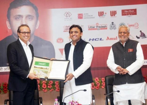 11 दिसम्बर, 2014 को उत्तर प्रदेश के मुख्यमंत्री श्री अखिलेश यादव अपने सरकारी आवास पर टाइम्स ग्रुप के एम0डी0 को बेनेट विश्वविद्यालय के लिए आवंटित भूमि के दस्तावेज उपलब्ध कराते हुए।