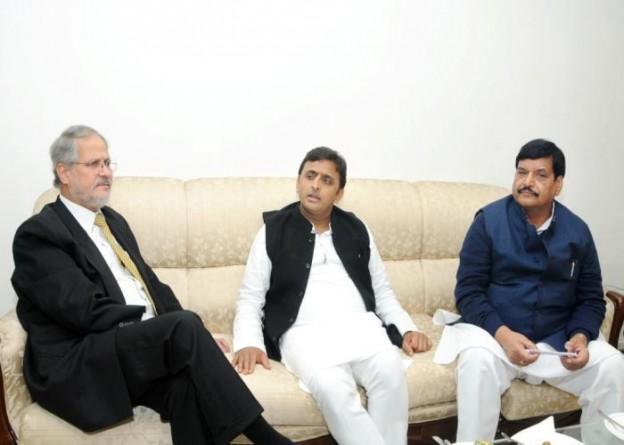 उत्तर प्रदेश के मुख्यमंत्री श्री अखिलेश यादव तथा दिल्ली के उप राज्यपाल 16 दिसम्बर, 2014 को दिल्ली में आयोजित एक बैठक के दौरान विचारविमर्श करते हुए।