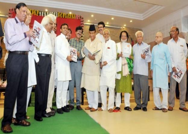 मुख्यमंत्री श्री अखिलेश यादव 23 सितम्बर, 2015 को सूचना एवं जनसम्पर्क विभाग की उर्दू पत्रिका 'नया दौर' के 'अली बिरादरान' विशेषांक का विमोचन करते हुए।