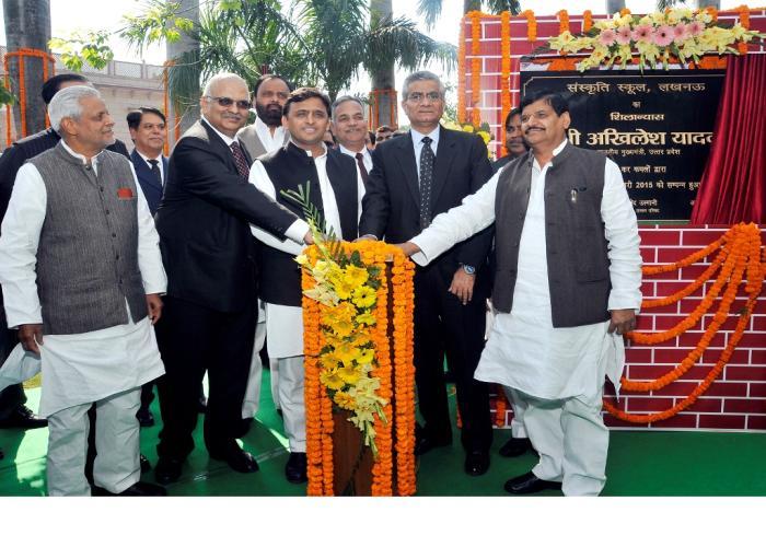 मुख्यमंत्री श्री अखिलेश यादव 13 फरवरी, 2015 को अपने सरकारी आवास पर सी0जी0 सिटी लखनऊ में बनने वाले संस्कृति स्कूल का शिलान्यास करते हुए।
