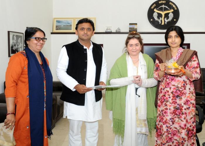 मुख्यमंत्री श्री अखिलेश यादव से 16 फरवरी, 2015 को उनके सरकारी आवास पर द्रौपदी ट्रस्ट की चेयरपर्सन श्रीमती नीरा मिश्रा ने भेंट की।