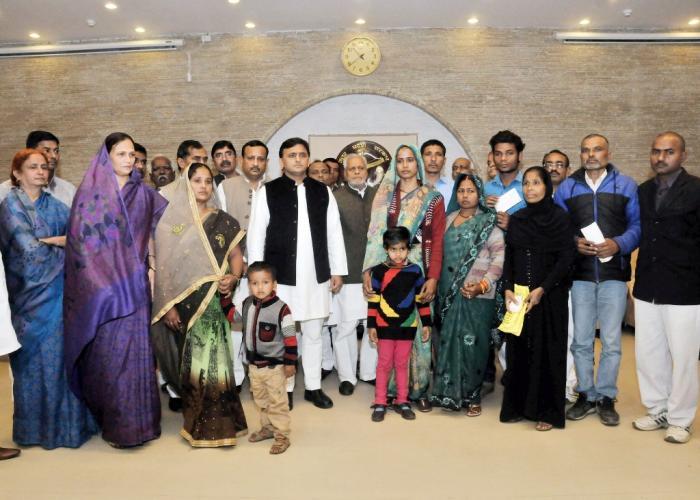 मुख्यमंत्री श्री अखिलेश यादव 24 फरवरी, 2016 को अपने सरकारी आवास पर विभिन्न घटनाओं में मृत वकीलों तथा मजदूर के परिजनों को आर्थिक मदद प्रदान करने के अवसर पर।