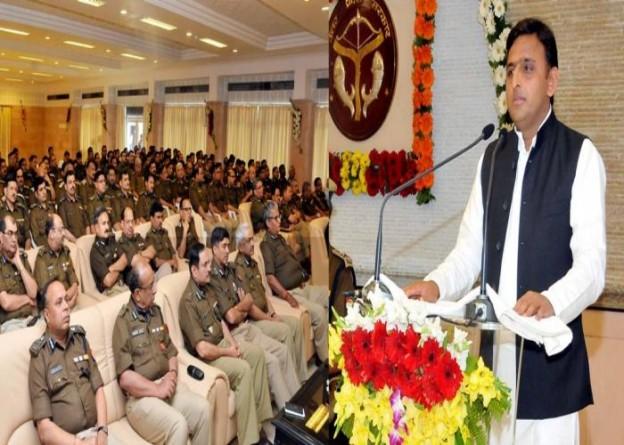 मुख्यमंत्री श्री अखिलेश यादव 28 फरवरी, 2015 को अपने सरकारी आवास पर पुलिस सप्ताह के अवसर पर आयोजित वरिष्ठ पुलिस अधिकारियों की बैठक को सम्बोधित करते हुए।