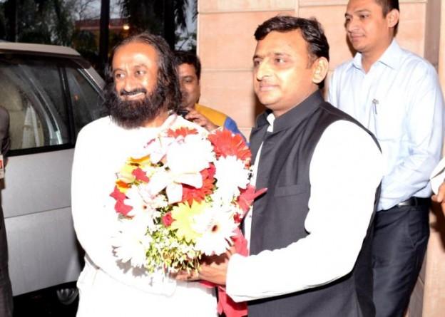 उत्तर प्रदेश के मुख्यमंत्री श्री अखिलेश यादव से 01 मार्च, 2015 को उनके सरकारी आवास पर सुप्रसिद्ध आध्यात्मिक गुरू श्री श्री रविशंकर भेंट करते हुए।