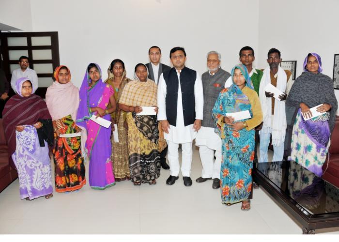 मुख्यमंत्री श्री अखिलेश यादव 2 मार्च, 2015 को अपने सरकारी आवास पर मलिहाबाद जहरीली शराब प्रकरण के मृतकों के परिजनों को चेक प्रदान किए।