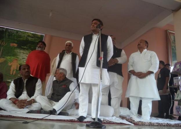 उत्तर प्रदेश के मुख्यमंत्री श्री अखिलेश यादव 04 मार्च, 2015 को मीरजापुर के सक्तेशगढ़ आश्रम में जनसमुदाय को सम्बोधित करते हुए।