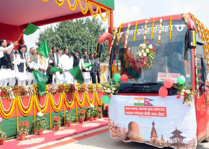 उत्तर प्रदेश के मुख्यमंत्री श्री अखिलेश यादव 04 मार्च, 2015 को वाराणसी में भारतनेपाल मैत्री बस सेवा को हरी झण्डी दिखाकर रवाना करते हुए।