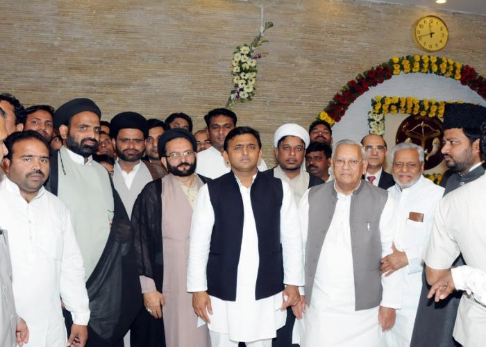 मुख्यमंत्री श्री अखिलेश यादव 07 मार्च, 2015 को अपने सरकारी आवास पर होली मिलन समारोह में विभिन्न वर्गांे के लोगों के साथ।