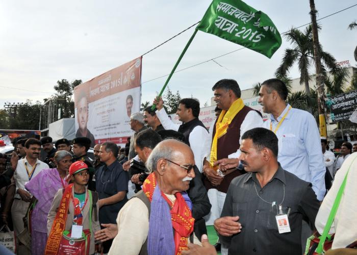 मुख्यमंत्री श्री अखिलेश यादव 14 मार्च, 2015 को लखनऊ में समाजवादी श्रवण यात्रा2015 के शुभारम्भ अवसर पर श्रद्धालुओं को हरी झण्डी दिखाकर रवाना करते हुए।
