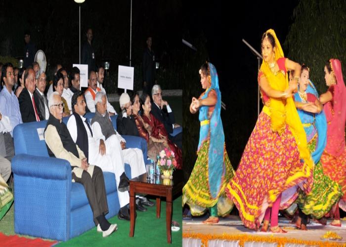 उत्तर प्रदेश के राज्यपाल श्री राम नाईक एवं मुख्यमंत्री श्री अखिलेश यादव 14 मार्च, 2015 को राजभवन में आयोजित सांस्कृतिक कार्यक्रम का अवलोकन करते हुए।