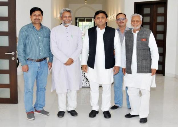 मुख्यमंत्री श्री अखिलेश यादव से उनके सरकारी आवास 5, कालिदास मार्ग पर 16 मार्च, 2015 को जल पुरुष श्री राजेन्द्र सिंह ने भेंट की।