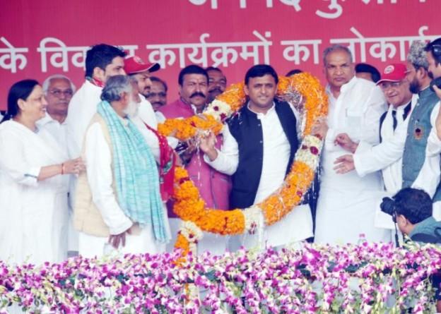 उत्तर प्रदेश के मुख्यमंत्री श्री अखिलेश यादव का 14 मार्च, 2015 को कुशीनगर में अभिनन्दन किया गया।