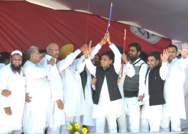उत्तर प्रदेश के मुख्यमंत्री श्री अखिलेश यादव 21 मार्च, 2015 को मेरठ में विभिन्न विकास परियोजनाओं के लोकार्पणशिलान्यास कार्यक्रम के दौरान आयोजित सद्भावना रैली के अवसर पर।