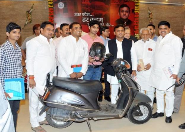 मुख्यमंत्री श्री अखिलेश यादव 6 अप्रैल, 2015 को बगैर हेलमेट दो पहिया वाहन के न चलने की तकनीक विकसित करने वाले प्रतिभावान छात्र श्री हिमांशु गर्ग के साथ।