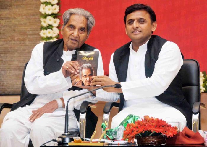 मुख्यमंत्री श्री अखिलेश यादव 8 अप्रैल, 2015 को अपने सरकारी आवास 5, कालिदास मार्ग पर डाॅ0 गोपाल दास नीरज की पुस्तक 'गीत श्री' का विमोचन करते हुए।