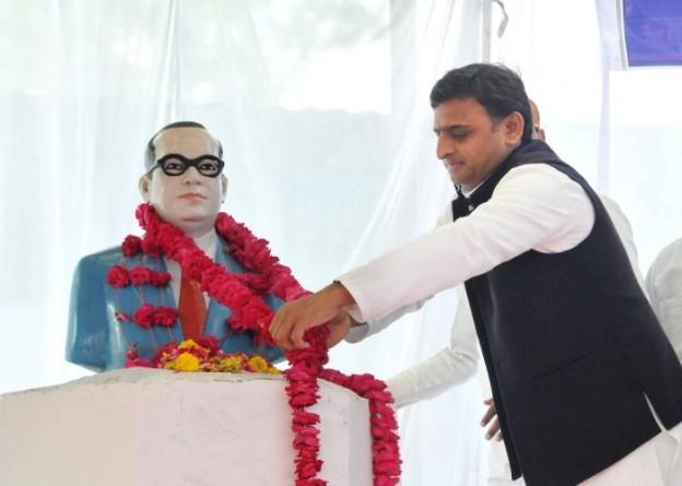 मुख्यमंत्री श्री अखिलेश यादव 14 अप्रैल, 2015 को बाबा साहब डाॅ0 भीमराव अम्बेडकर की जयन्ती के अवसर पर उनकी प्रतिमा पर माल्यार्पण करते हुए।
