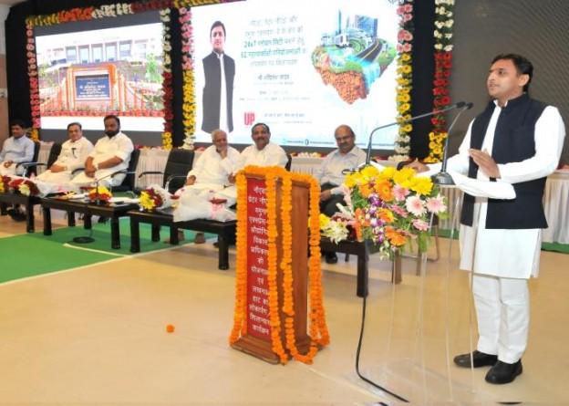 मुख्यमंत्री श्री अखिलेश यादव 11 अप्रैल, 2015 को लखनऊ में नोएडा, ग्रेटर नोएडा की विभिन्न परियोजनाओं के शिलान्यासलोकार्पण एवं लखनऊ हाट के कार्यक्रम को सम्बोधित करते हुए।