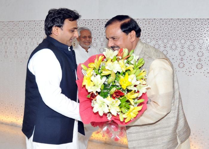 मुख्यमंत्री श्री अखिलेश यादव से 12 अप्रैल, 2015 को उनके सरकारी आवास पर केन्द्रीय पर्यटन एवं संस्कृति राज्य मंत्री स्वतंत्र प्रभार डाॅ0 महेश शर्मा भेंट करते हुए।