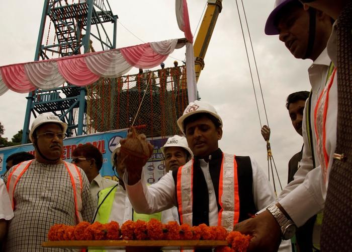 मुख्यमंत्री श्री अखिलेश यादव 12 अप्रैल, 2015 को लखनऊ में लखनऊ मेट्रो रेल परियोजना के प्राथमिक खण्ड पर पियर कैप रखने के कार्य का शुभारम्भ करते हुए।