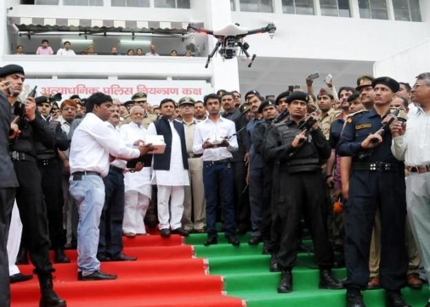 मुख्यमंत्री श्री अखिलेश यादव 12 अप्रैल, 2015 को माॅर्डन कन्ट्रोल रूम से ड्रोन कैमरों के लांच का अवलोकन करते हुए।