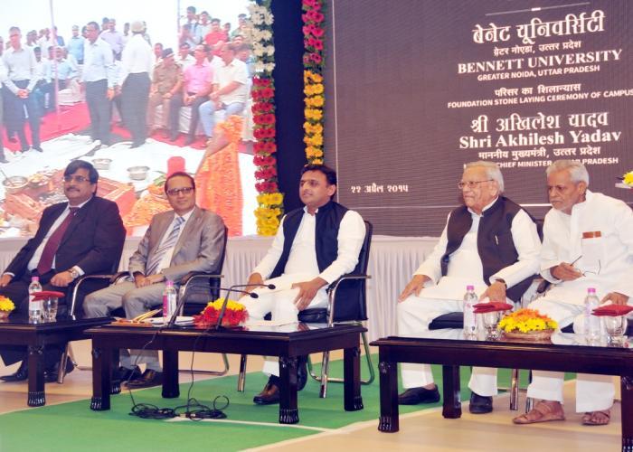 मुख्यमंत्री श्री अखिलेश यादव 22 अप्रैल, 2015 को अपने सरकारी आवास पर ग्रेटर नोएडा में टाइम्स ग्रुप द्वारा स्थापित की जा रही बेनेट यूनिवर्सिटी के शिलान्यास के अवसर पर।