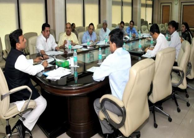 मुख्यमंत्री श्री अखिलेश यादव 23 अप्रैल, 2015 को शास्त्री भवन, लखनऊ में आयोजित बैठक में ऊर्जा विभाग के कार्यों की समीक्षा करते हुए।