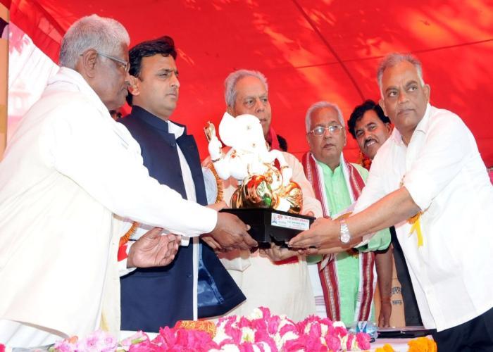 मुख्यमंत्री श्री अखिलेश यादव को दिनांक 25 अप्रैल, 2015 को बख्शी का तालाब इण्टर काॅलेज में आयोजित प्रधानाचार्य परिषद कार्यक्रम के दौरान स्मृति चिन्ह भेंट करते हुए।