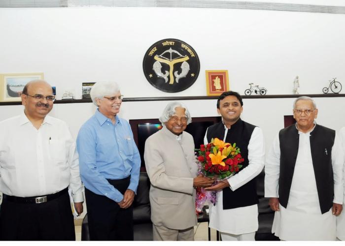 मुख्यमंत्री श्री अखिलेश यादव 12 मई, 2015 को लखनऊ में पूर्व राष्ट्रपति डाॅ0 ए0पी0जे0 अब्दुल कलाम का स्वागत करते हुए।