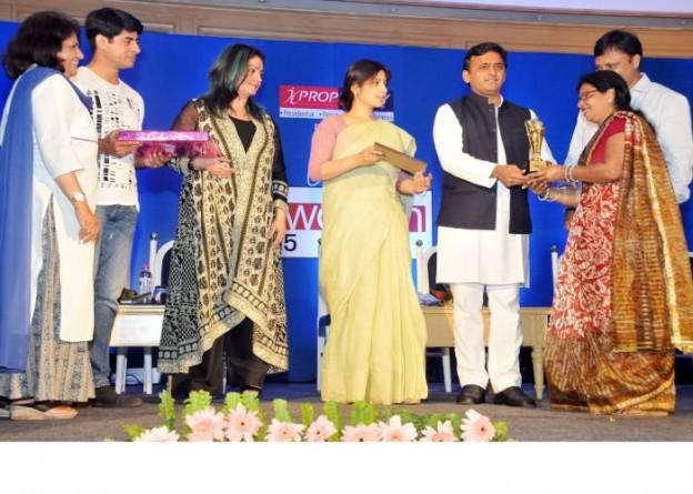 उत्तर प्रदेश के मुख्यमंत्री श्री अखिलेश यादव 08 मई, 2015 को लखनऊ में आयोजित एच.टी. वुमन अवार्ड2015 के अवसर पर एक महिला को सम्मानित करते हुए।