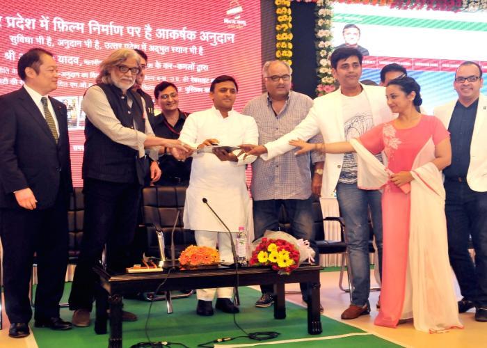 उत्तर प्रदेश के मुख्यमंत्री श्री अखिलेश यादव 16 मई, 2015 को अपने सरकारी आवास पर 'फिल्म बंधु' की वेबसाइट लाँच करते हुए।