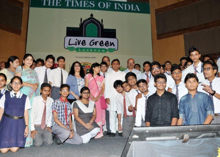 मुख्यमंत्री श्री अखिलेश यादव 05 जून, 2015 को 'लिव ग्रीन लखनऊ' कैम्पेन के समापन समारोह में विभिन्न स्कूलों के छात्र छात्राओं के साथ।