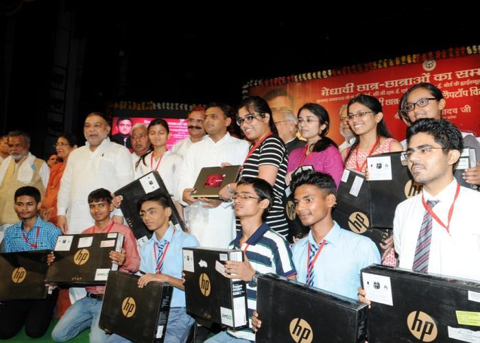 उत्तर प्रदेश के मुख्यमंत्री श्री अखिलेश यादव 4 जून, 2015 को गोमती नगर, लखनऊ में मेधावी छात्रछात्राओं को लैपटाॅप वितरित करते हुए।