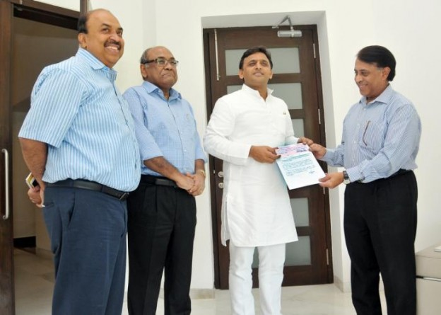 मुख्यमंत्री श्री अखिलेश यादव को 8 जून, 2015 को उनके सरकारी आवास पर उ0प्र0 विद्युत नियामक आयोग के अध्यक्ष श्री देश दीपक वर्मा रेग्युलेटिरी फीस का चेक सौंपते हुए।