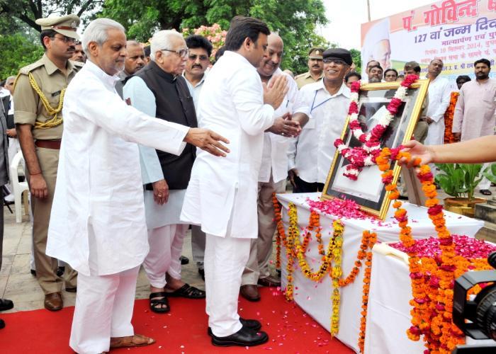 मुख्यमंत्री अखिलेश यादव दिनांक 10 सितम्बर, 2014 को लखनऊ में पं. गोविन्द बल्लभ पंत की जयन्ती के अवसर पर उन्हें नमन करते हुए।