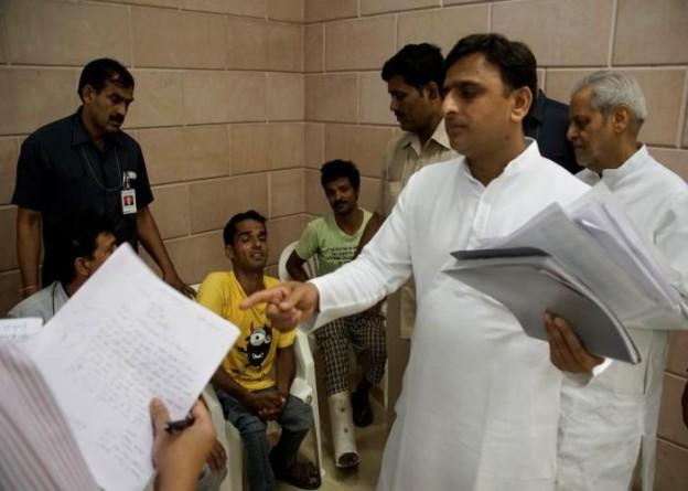 उत्तर प्रदेश के मुख्यमंत्री श्री अखिलेश यादव 10 जून, 2015 को अपने सरकारी आवास 5, कालिदास मार्ग पर जनता की समस्याएं सुनने के दौरान।