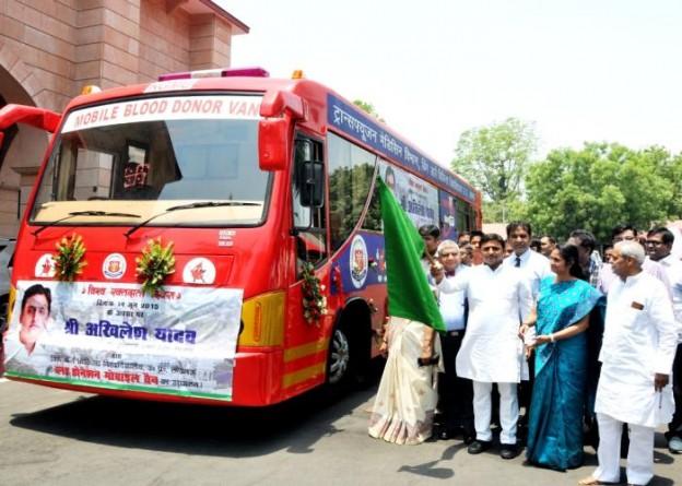 मुख्यमंत्री श्री अखिलेश यादव 14 जून, 2015 को विश्व रक्तदाता दिवस के अवसर पर अपने सरकारी आवास से केजीएमयू की ब्लड डोनेशन मोबाइल वैन को झण्डी दिखाकर रवाना करते हुए।