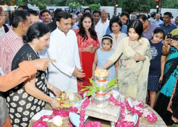 मुख्यमंत्री श्री अखिलेश यादव दिनांक 20 जून, 2015 को लखनऊ स्थित कैपूचीनों ब्लास्ट रेस्टोरेण्ट का दीप प्रज्ज्वलित कर उद्घाटन करते हुए।