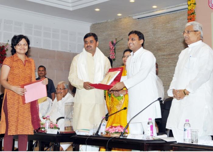 मुख्यमंत्री श्री अखिलेश यादव 25 जून, 2015 को उत्तर प्रदेश संस्कृत संस्थानम् द्वारा आयोजित सम्मान समारोह में संस्कृत भाषा के विद्वानों को सम्मानित करते हुए।