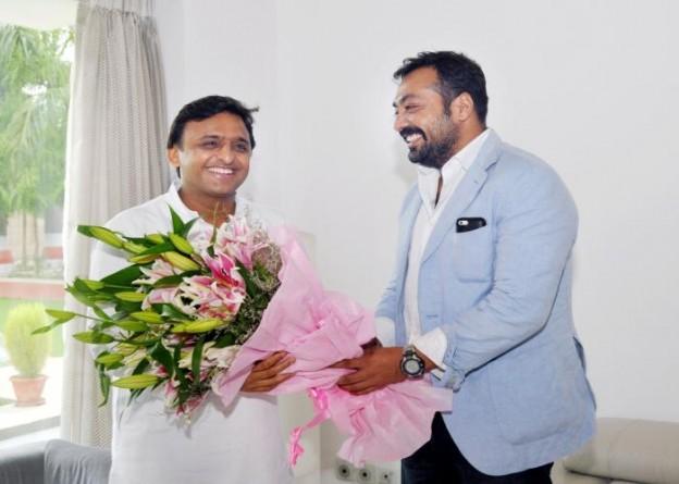 उत्तर प्रदेश के मुख्यमंत्री श्री अखिलेश यादव से 1 जुलाई, 2015 को उनके सरकारी आवास पर फिल्म निर्माता, निर्देशक एवं स्क्रीन राइटर श्री अनुराग कश्यप भेंट करते हुए।