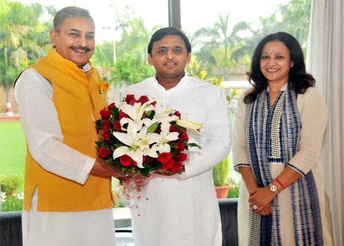 उत्तर प्रदेश के मुख्यमंत्री श्री अखिलेश यादव से 02 जुलाई, 2015 को उनके सरकारी आवास पर सांसद श्री प्रमोद तिवारी व विधायक श्रीमती अराधना मिश्रा 'मोना' भेंट करते हुए।