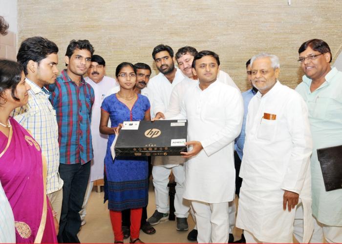 उत्तर प्रदेश के मुख्यमंत्री श्री अखिलेश यादव 8 जुलाई, 2015 को लखनऊ में आईआईटी में चयनित गरीब मेधावी छात्रा कु0 विनीता को लैपटाॅप प्रदान करते हुए।