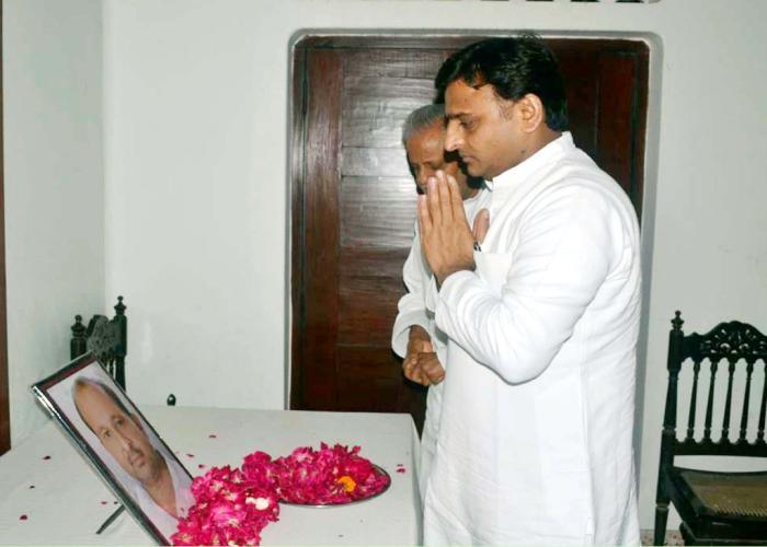मुख्यमंत्री श्री अखिलेश यादव 13 जुलाई 2015 को फर्रुखाबाद में पूर्व सांसद श्री छोटे सिंह यादव के स्व0 पुत्र की फोटो पर पुष्प अर्पित करते हुए।