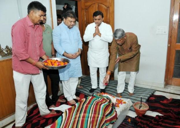 मुख्यमंत्री श्री अखिलेश यादव 14 सितम्बर, 2014 को लखनऊ में राज्य सम्पत्ति अधिकारी की पत्नी के निधन पर उनके आवास पहुंचकर दिवंगत आत्मा की शान्ति की कामना करते हुए।