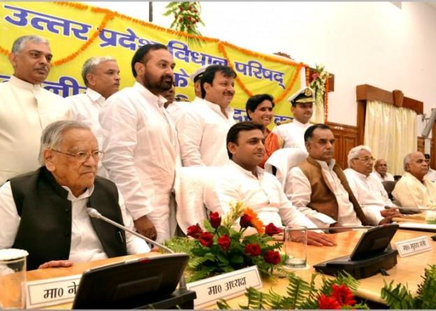 उत्तर प्रदेश के मुख्यमंत्री श्री अखिलेश यादव 15 जुलाई, 2015 को तिलक हाॅल, लखनऊ में विधान परिषद के मनोनीत सदस्यों के साथ।