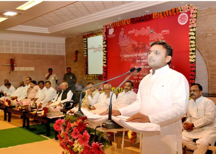 मुख्यमंत्री श्री अखिलेश यादव 17.7.15 को लखनऊ में मेगा इकाईयों को 'लेटर आॅफ कम्फर्ट' जारी करने के अवसर पर कार्यक्रम को सम्बोधित करते हुए।