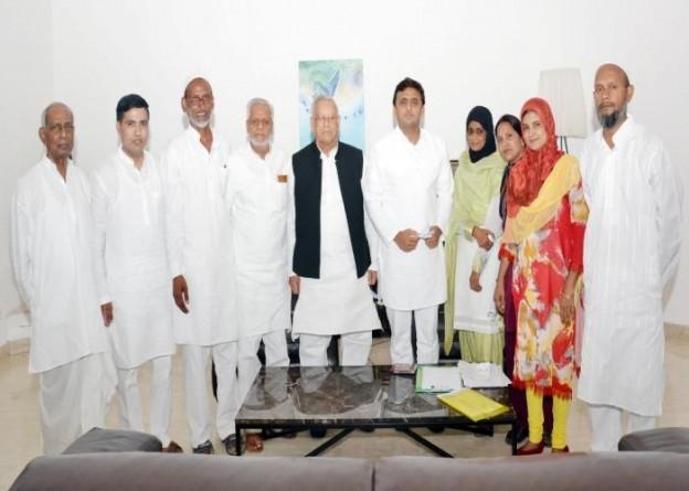 मुख्यमंत्री श्री अखिलेश यादव से 20 जुलाई, 2015 को उनके सरकारी आवास पर टी0ई0टी0 पास मोअल्लिमएउर्दू एसोसिएशन, उ0प्र0 के प्रतिनिधिमण्डल ने भेंट की।