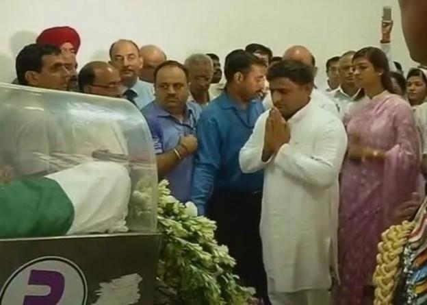 मुख्यमंत्री श्री अखिलेश 28 जुलाई, 2015 को पूर्व राष्ट्रपति डाॅ0 ए0पी0जे0 अब्दुल कलाम के पार्थिव शरीर पर पुष्प चक्र अर्पित करने के बाद श्रद्धांजलि देते हुए।