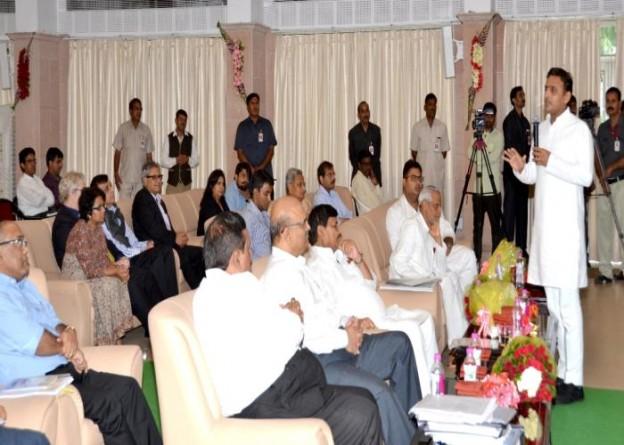 उ0प्र0 के मुख्यमंत्री श्री अखिलेश यादव दिनांक 3 अगस्त, 2015 को अपने सरकारी आवास पर सिंचाई विभाग के प्रस्तुतिकरण के अवसर पर अपने विचार व्यक्त करते हुए।